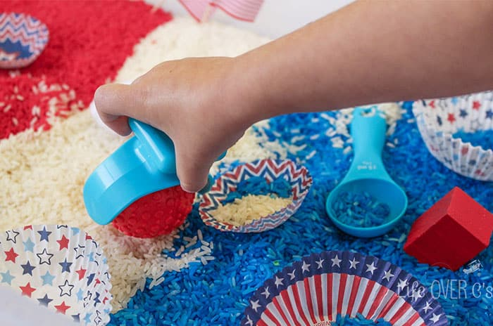 Get ready for the 4th of July with this beautiful red, white and blue patriotic sensory bin!  You could even include this as a fun activity for the toddlers and preschoolers during the festivities on the 4th!