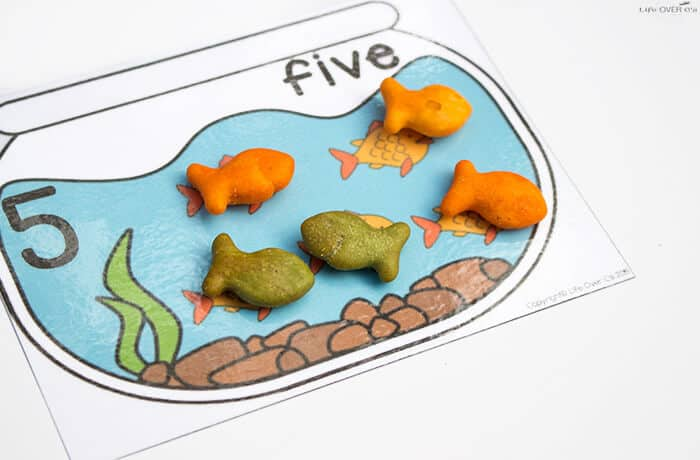 These Goldfish counting cards are so adorable! What a fun way to combine learning numbers with snack time!