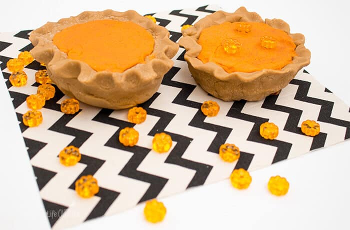 Get ready for Thanksgiving dinner with this super fun pumpkin pie playdough activity. (Perfect for keeping the kids busy while you cook...)