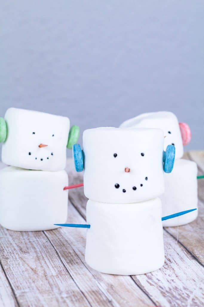 Make your winter a blast with these fun edible marshmallow snowmen! Kids will love making these delicious treats and experimenting with food!