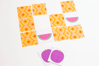 fruit memory game for preschoolers. Matching fruit pictures with preschoolers.