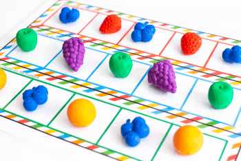 Create an AB pattern independently with fruit themed pattern mats for kindergarten math centers.