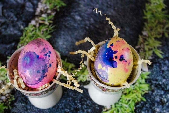 How to make marbled Easter eggs.