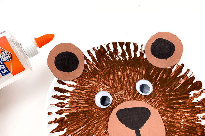 The finished easy brown bear paper plate craft.
